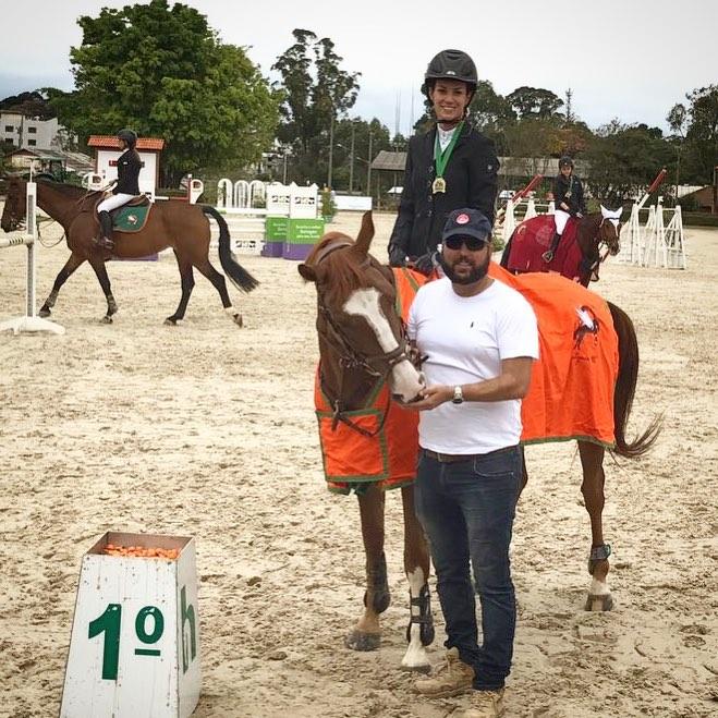 Cecília Dalcanale venceu a prova de 1,00m de domingo com o cavalo Quattar Adal